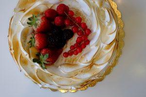 Torta meringa con frutti di bosco